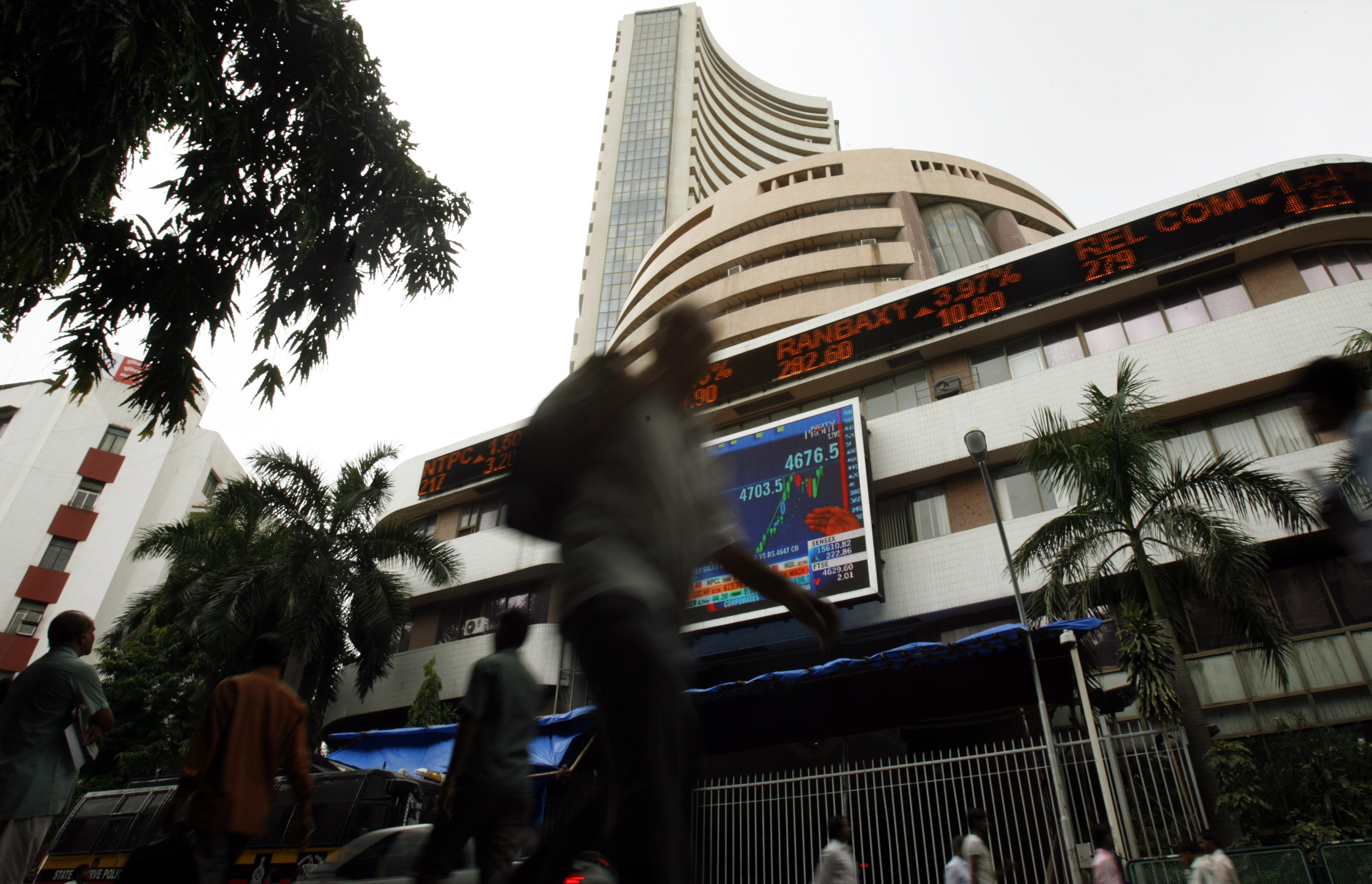 Sensex jumps on rate cut hopes, good fiscal deficit number