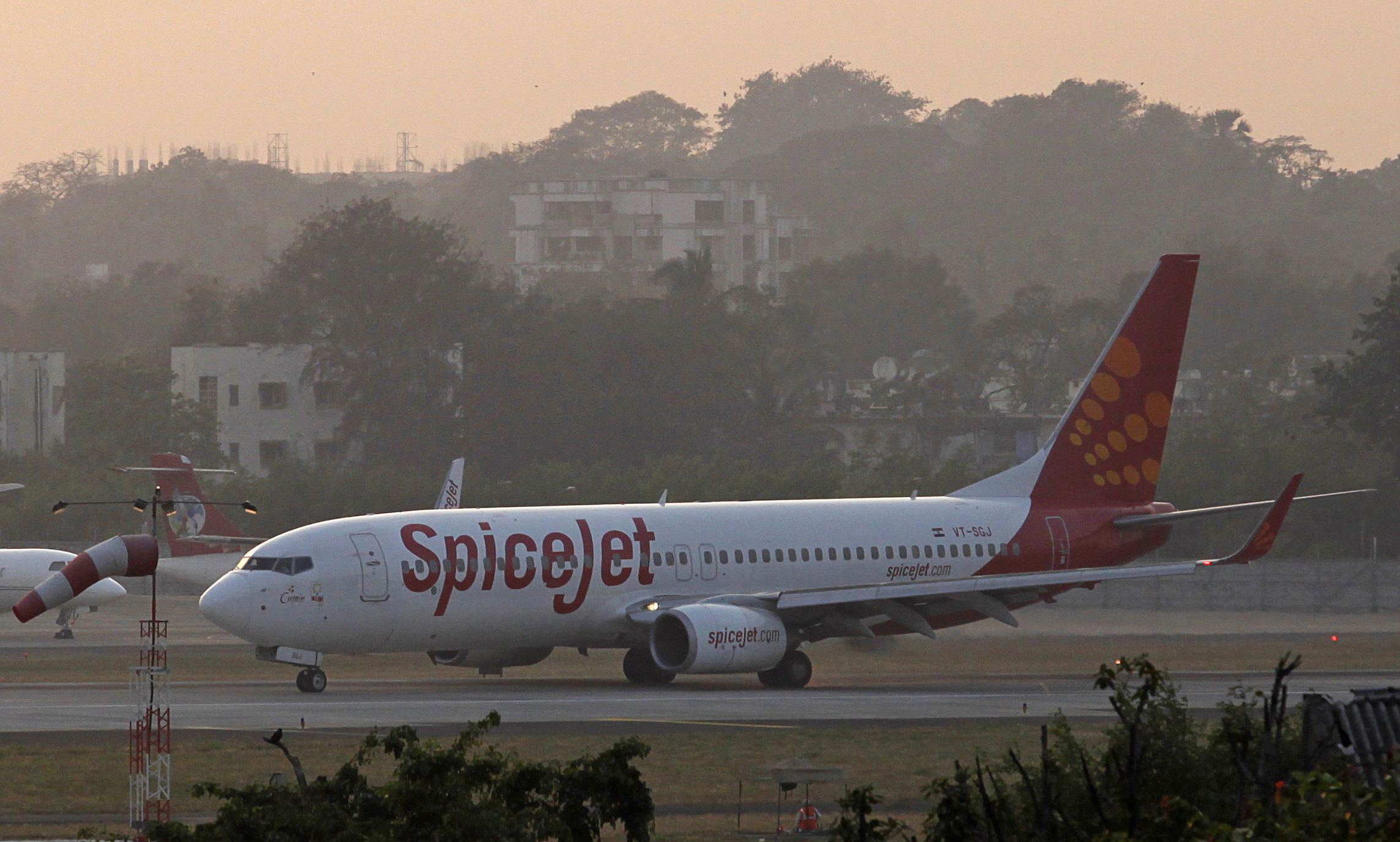 SpiceJet reports profit on one-time gain; Jet Airways cuts losses in Q4