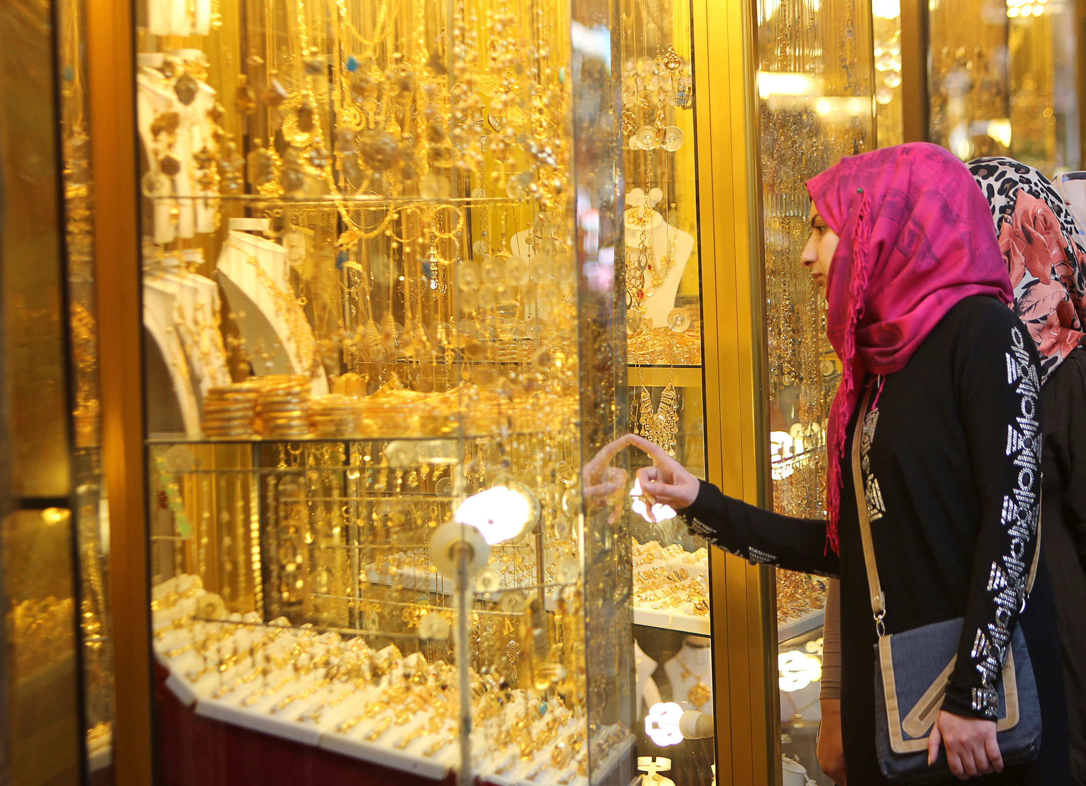 Gold nosedives to hit 2-year low on global meltdown